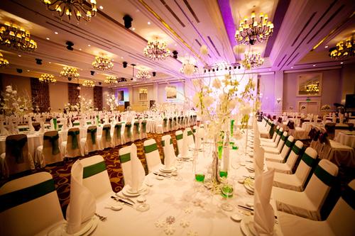 Phòng tiệc được trang hoàng với hai sắc màu trắng và xanh cùng nhiều phụ kiện tinh tế.