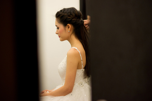 Trước giờ làm lễ, Di Băng tới trung tâm tiệc cưới sớm để trang điểm, làm tóc.
