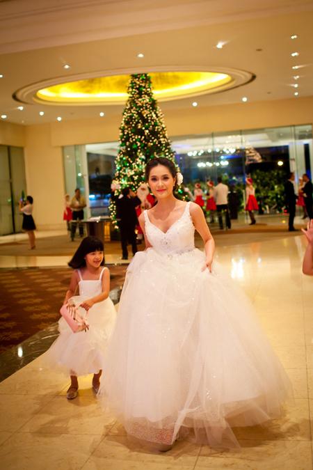 Cô dâu diện váy xinh xắn và trang điểm rạng rỡ hơn so với thời điểm đón dâu ngày 11/12.