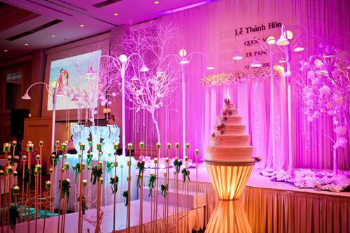 Sân khấu là nơi ấn tượng nhất trong tiệc cưới.