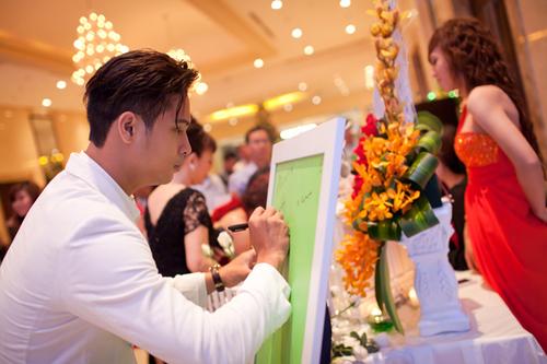 Khách đến dự tiệc sẽ được ghi lời chúc dành cho cô dâu chú rể vào một tấm bảng xinh xắn.