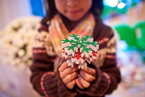 Vì đám cưới cận với thời điểm Noel nên cô dâu đã nhanh chóng bắt kịp xu hướng, sử dụng nhiều phụ kiện ngày Giáng sinh như hình ảnh bông tuyết, tuần lộc, cây tuyết để trang trí cho đám cưới.