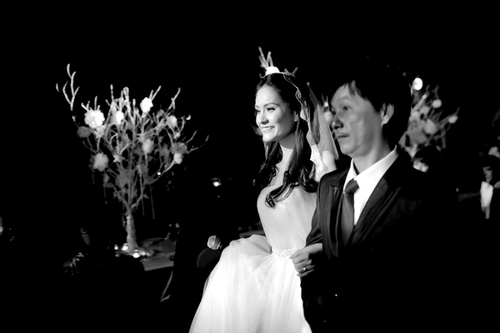 Mở đầu buổi lễ, cô dâu cùng cha tiến vào tiệc. Đặc biệt, cô dâu còn vừa bước lên sân khấu, vừa thể hiện một ca khúc lãng mạn.