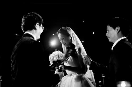 Đám cưới được tổ chức theo phong cách sang trọng, tinh tế và cầu kỳ như một hôn lễ phương Tây.