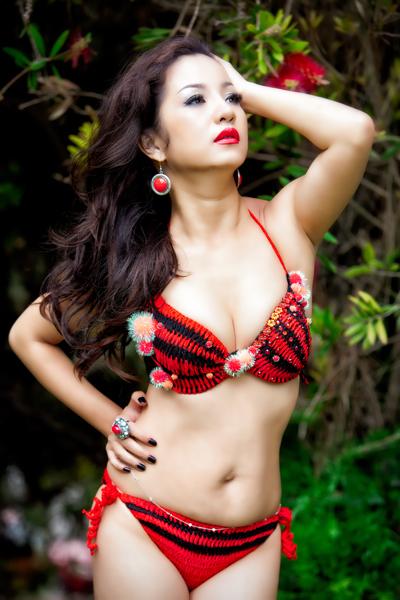 Trong chùm ảnh mới thực hiện trên đất Mỹ, Thúy Nga khoe vóc dáng trong bộ trang phục bikini được móc bằng tay của nhà thiết kế Việt Hùng.