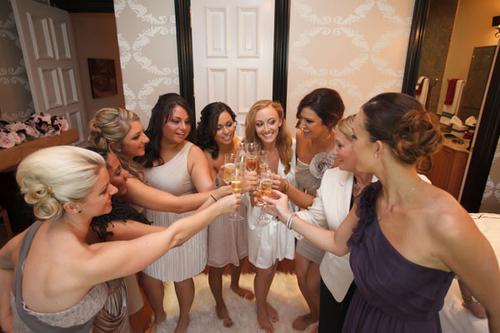7. Trong tiệc cưới, dù bận đến mấy bạn cũng đừng quên tới tận bàn tiệc và gửi lời chúc tới những phù dâu phù rể hay người thân của mình.
