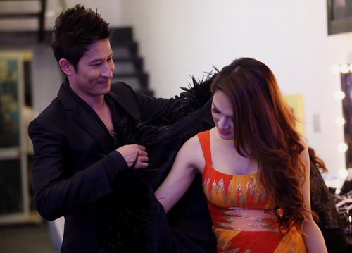Trong gala 6 của Vietnam Idol tối 14/12, nhiều người bất ngờ khi thấy MC Huy Khánh tỏ ra rất quan tâm đến Hương Giang.