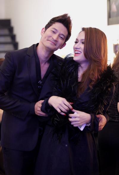Khi cả hai đã trang phục chỉnh tề, Huy Khánh 'ép' Hương Giang chụp ảnh lưu niệm.