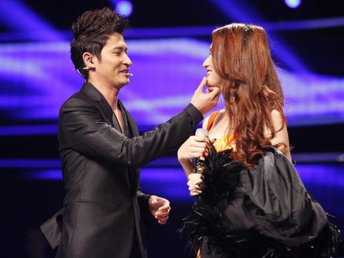Sau phần trình diễn 'Taxi', Hương Giang có 30 giây giao lưu với MC. Trước khi cô trả lời, Huy Khánh còn xin phép 'xóa vết son ở khóe môi' cho Hương Giang.
