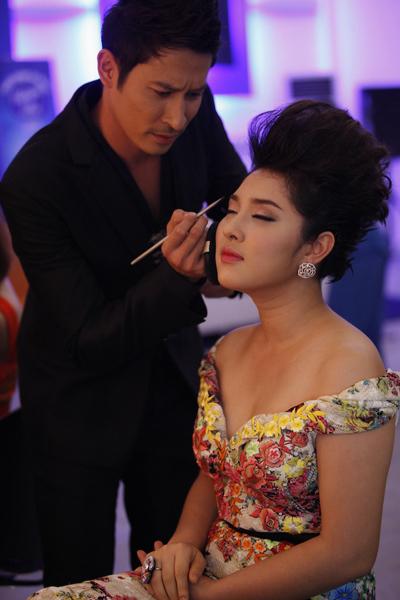 Trước đó, Huy Khánh còn tự tay chỉnh sửa phần make-up cho Bảo Trâm...