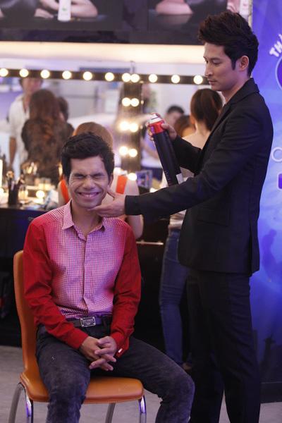 Huy Khánh cũng tự tay tạo kiểu tóc cho Ya Suy. Xuất thân là diễn viên kịch nói, nên việc trang điểm, làm tóc là điều quá quen thuộc với chàng diễn viên điển trai này.