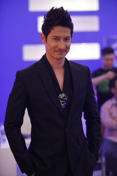 Khi trang phục chỉnh tề, trông Huy Khánh rất lịch lãm.