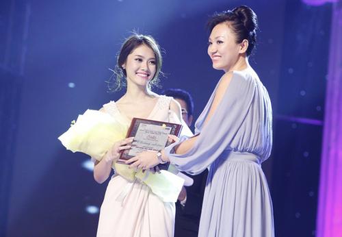 Á khôi Miss Ngôi Sao 2011 Linh Chi cũng là gương mặt nổi bật trong đêm chung kết Hoa hậu Phụ nữ Việt Nam qua ảnh 2012.
