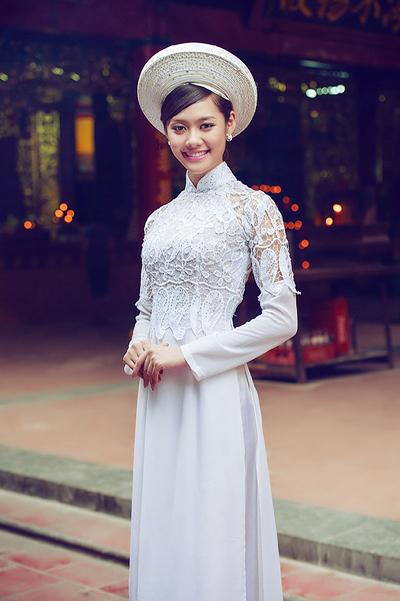 Trong bộ ảnh áo dài của nhà thiết kế Minh Châu, Linh Chi