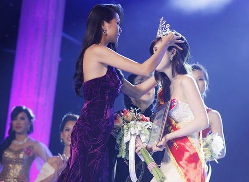 Siêu mẫu Thanh Hằng - Hoa hậu Phụ nữ Việt Nam qua ảnh 2002 đồng thời là thành viên ban giám khảo trao vương miện cho Phan Thu Quyên.
