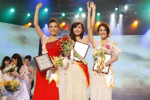 Phần đông khán giả cho rằng, chỉ xét về nhan sắc thì Tân Hoa hậu kém tươi hơn hai Á hậu.