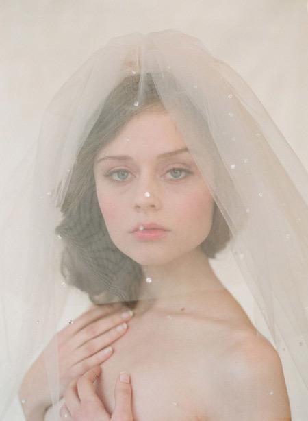 Voan thường có màu đồng điệu với váy cưới.