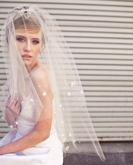 Với kiểu voan phủ qua mặt, cô dâu thường cài voan trên đỉnh đầu.