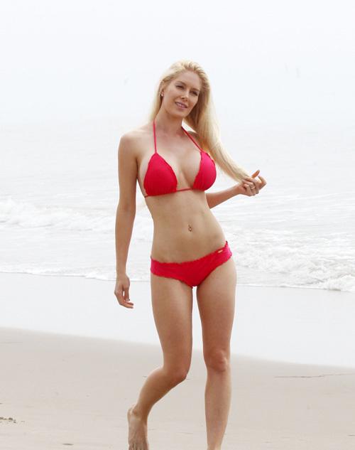 Heidi Montag khoe đường cong trên bãi biển Santa Monica, California hôm 7/11.