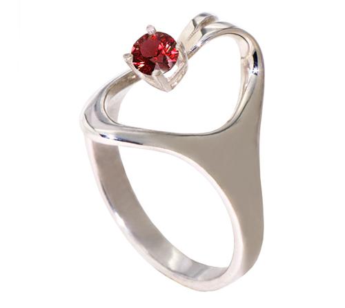 5. Nhẫn Crown: Chiếc nhẫn với tạo hình đặc biệt lạ mắt, phù hợp nhất với cô dâu có ngón tay tròn trịa. Viên hồng ngọc được đính cao khiến chiếc nhẫn đính hôn giống như chiếc vương miện sang trọng.