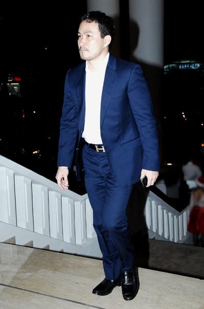 Tối 19/12, diễn viên Chi Bảo là nghệ sĩ đầu tiên đến dự đám cưới Hoa hậu Jennifer Phạm. Anh đi một mình và đến khá sớm.