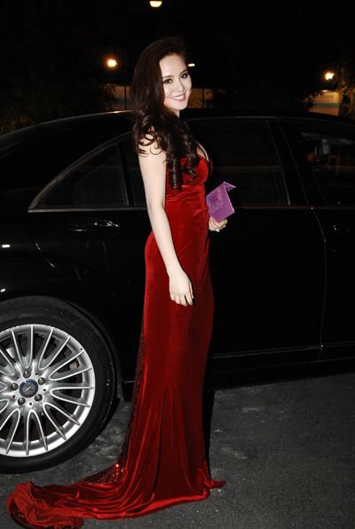 Vy Oanh là người tiếp theo đến mừng Jennifer. Cô đi chiếc xe đắt tiền và mặc bộ đầm lộng lẫy. Vy Oanh tiết lộ, đây là chiếc đầm cô đặt may riêng để đi đám cưới.