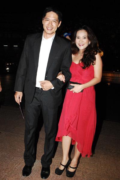 Hai vợ chồng diễn viên Bình Minh rạng rỡ trước ống kính.