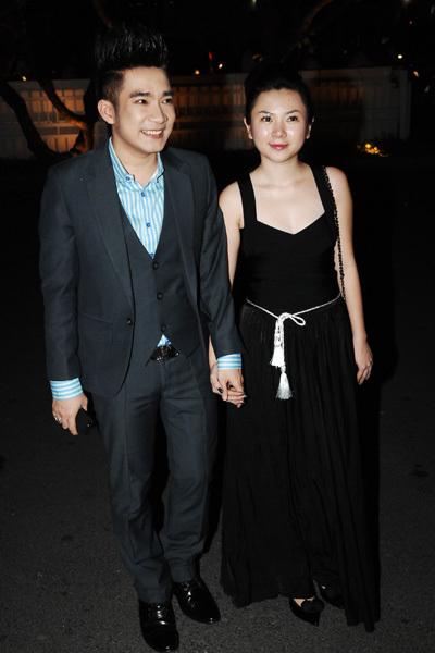 Ca sĩ Quang Hà đi tiệc cùng bạn gái.