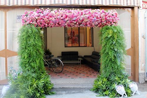 Ngay từ sáng sớm, gia đình Hoa hậu châu Á tại Mỹ 2006 đã trở nên lộng lẫy hơn với cổng hoa để đón gia đình chú rể sang làm lễ rước dâu.