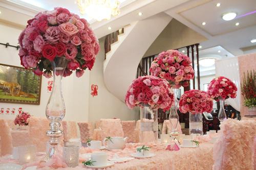 Toàn bộ không gian phủ một màu hồng dịu dàng.