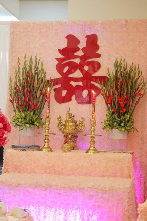 Bàn thờ gia tiên cũng được phủ vải hoa hồng màu nhạt.