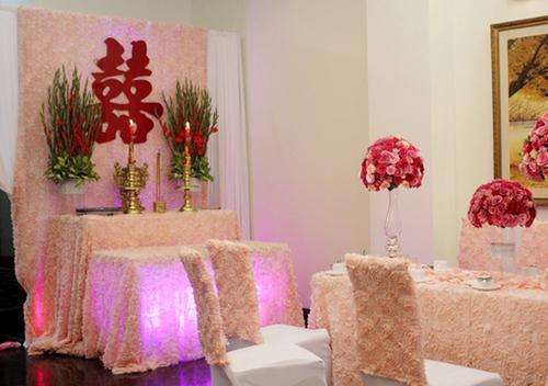 Trong nhà, những tấm vải đính hoa cầu kỳ được dựng lên làm phông và làm khăn trải bàn, khiến cả không gian đẹp như trong truyện cổ tích.