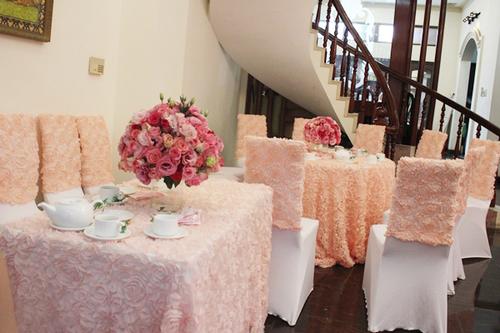 Vì không gian gia đình Hoa hậu Jennifer Phạm khá rộng nên có thể kê cả bàn tiệc dài và bàn tròn.