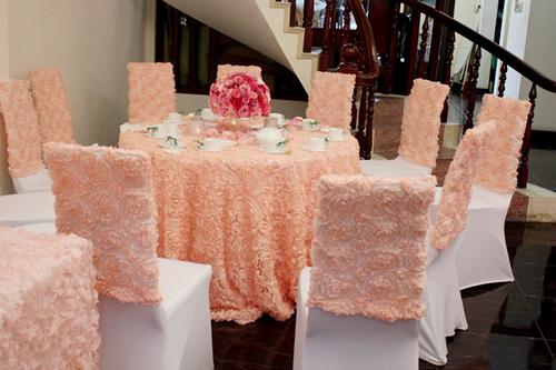 Toàn bộ áo ghế và khăn trải bàn đều là loại vải đính hoa cầu kỳ.