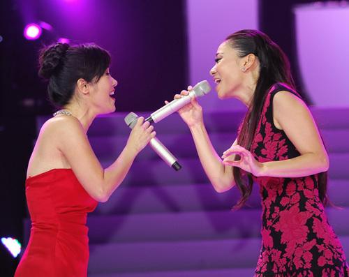 Đêm kỷ niệm của chương trình còn có nhiều màn biểu diễn đặc sắc. Hồng Nhung và Thu Minh kết hợp trong 'Cho em một ngày', đẩy cảm xúc của khán giả lên đến đỉnh điểm bởi khả năng xử lý ca khúc điêu luyện.