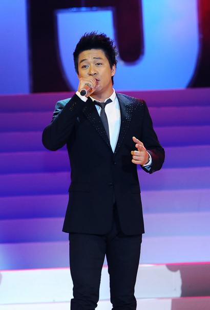Ca sĩ Tuấn Hưng thể hiện lại 'Tình thôi xót xa' gắn liền với tên tuổi Lam Trường. 'Anh Hai' kẹt show diễn ở nước ngoài không về kịp để tham gia chương trình.