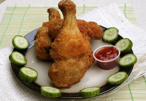 Với những nguyên liệu đơn giản, bạn có thể tự chế biến món gà rán ngon như ngoài hàng dành cho các bé. Thịt gà giòn rụm bên ngoài, bên trong thấm gia vị.