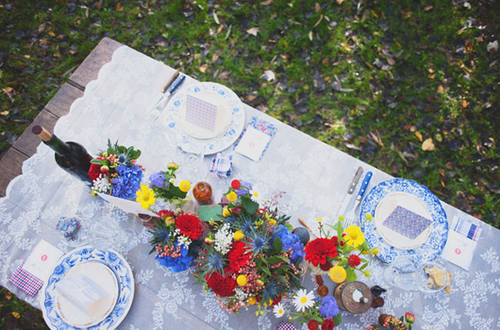 Trên bàn tiệc không thể thiếu sắc xanh của hoa và các đồ trang trí khác.
