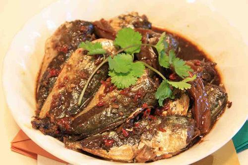 Món cá kho ăn kèm cơm trắng và rau luộc rất phù hợp.