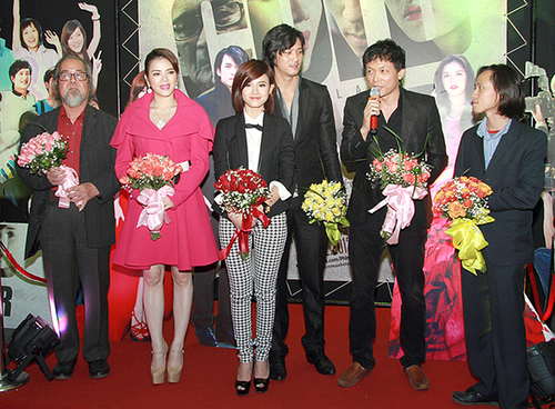 """Đoàn phim """"Mùa hè lạnh"""" dành thời gian giao lưu với báo giới sau buổi chiếu phim. Đạo diễn Ngô Quang Hải cho biết, sau nhiều khó khăn, cuối cùng tác phẩm mà anh dành tâm huyết suốt 6 năm qua cũng sẽ ra rạp vào 21/12 này."""