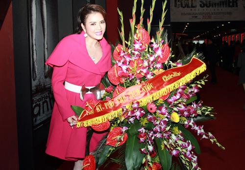 Cô hạnh phúc khi nhận được lẵng hoa chúc mừng từ thư ký của Phó chủ tịch nước trong buổi ra mắt phim.