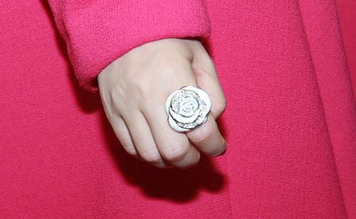 Không ít người cũng chú ý đến bộ trang sức gồm nhẫn, hoa tai và dây chuyền có hình hoa bồng bằng kim cương