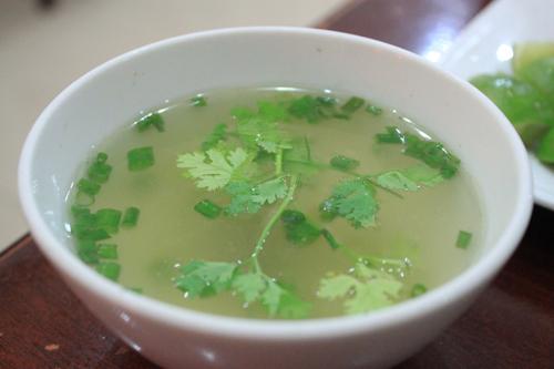 Chén nước dùng được nấu từ nước luộc gà nên có vị ngọt thanh rất ngon.