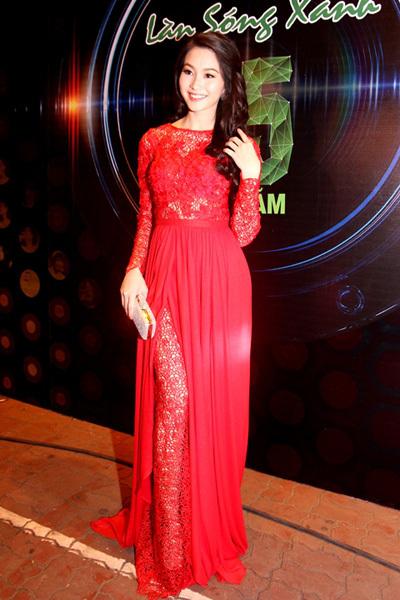 Hoa hậu Thu Thảo diện chiếc váy được làm từ ren và lụa.