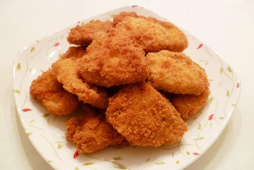 Thịt gà chín mềm, phần vỏ ngoài vàng óng, giòn tan, khi ăn chấm với sốt cà chua ngon tuyệt.