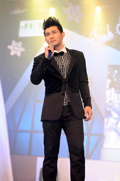 Chàng ca sĩ có cái tên khá đặc biệt Hồng Ân cũng góp mặt trong chương trình một ca khúc phù hợp mùa Giáng sinh mang tên Lời con xin Chúa (sáng tác Kim Khánh).