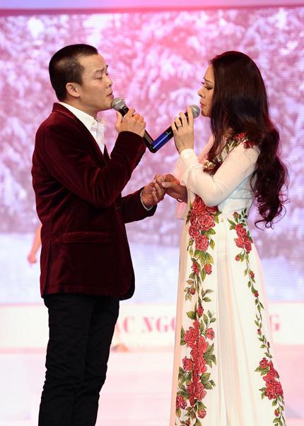 Đôi song ca tiếp theo trong chương trình là Quang Minh và Đông Đào. Hai ca sĩ trình bày ca khúc Hai mùa Noel đầy tình cảm và ăn ý.