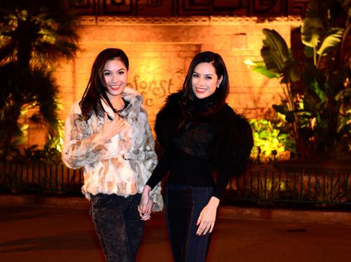 Bộ ảnh kỷ niệm của hai người đẹp do chuyên gia trang điểm Phúc Nghĩa, làm tóc Bee và stylist Tân Đà Lạt hỗ trợ thực hiện.