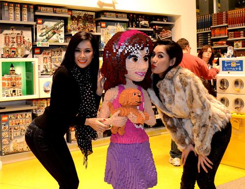 Ái Nhi 'âu yếm' bức tượng em bé to gần bằng người thật đặt trong một cửa hàng bán đồ chơi trẻ em.