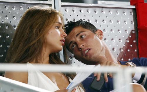 C. Ronaldo liên tiếp bị đồn phản bội siêu mẫu Irina Shayk.